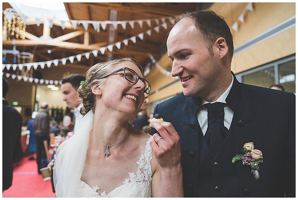 Brautpaar isst Kuchen an Hochzeit