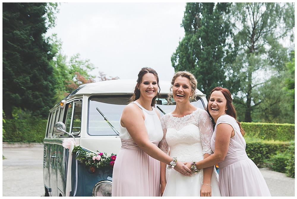 Braut und ihre Brautjungfern lachen
