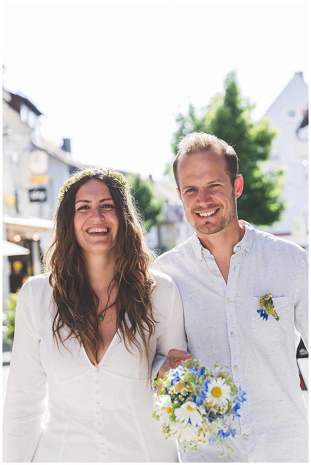 Brautpaar läuft durch Crailsheim lacht