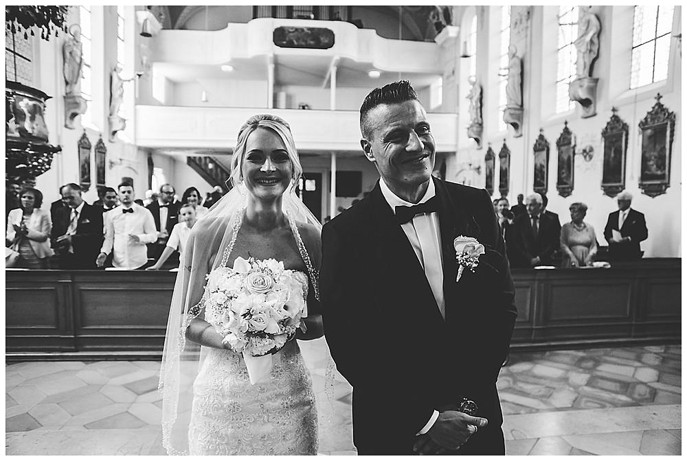 Brautpaar lacht in Kirche