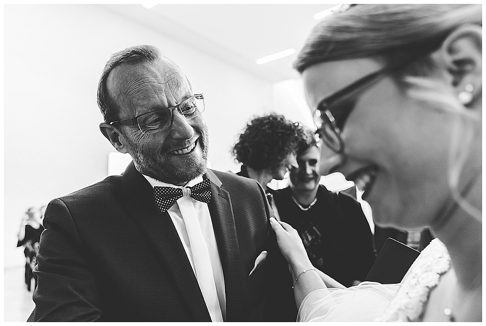 Papa gratuliert Braut