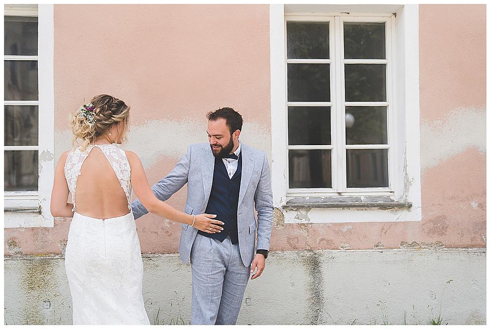 Hochzeitspaar berühren sich