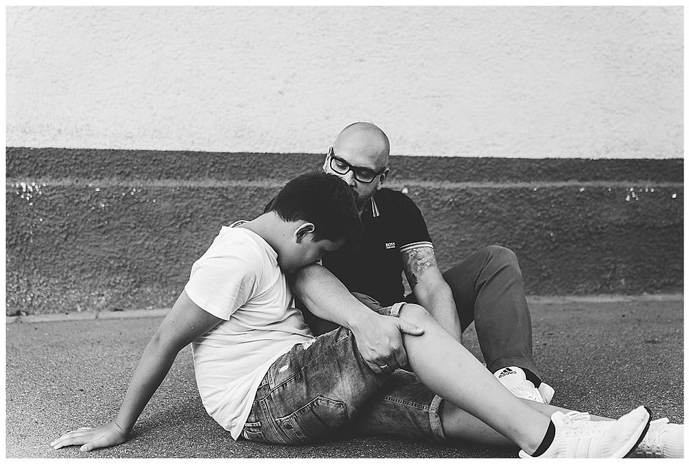 Papa und Sohn kuscheln