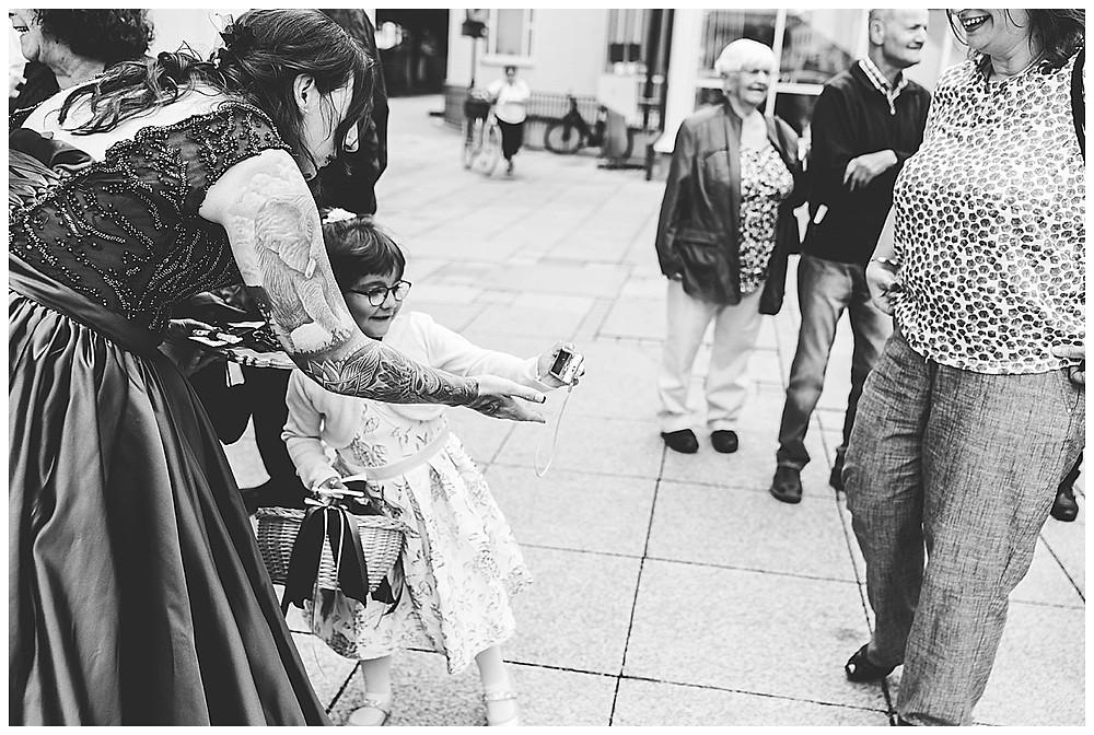 Kind macht Selfie mit Braut