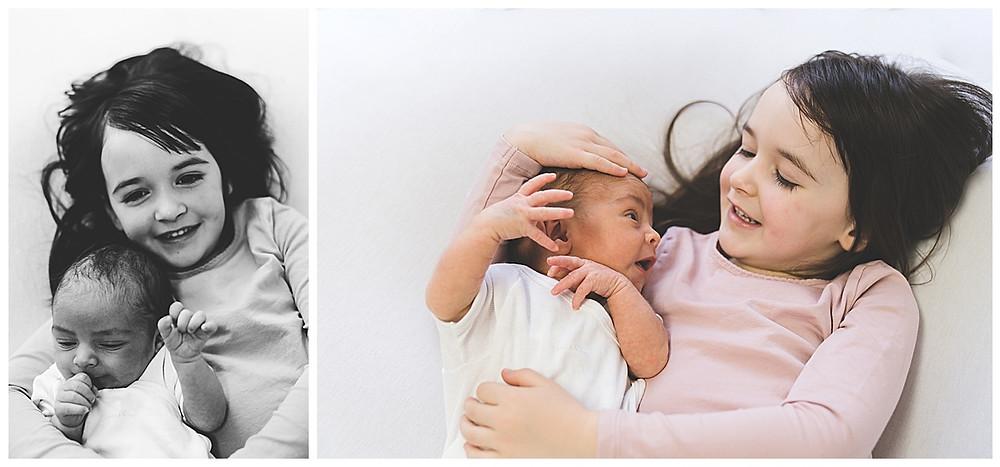 Baby liegt im arm der großen schwester