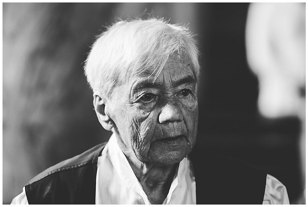 Oma weint in Kirche bei Trauung schwarz weiß