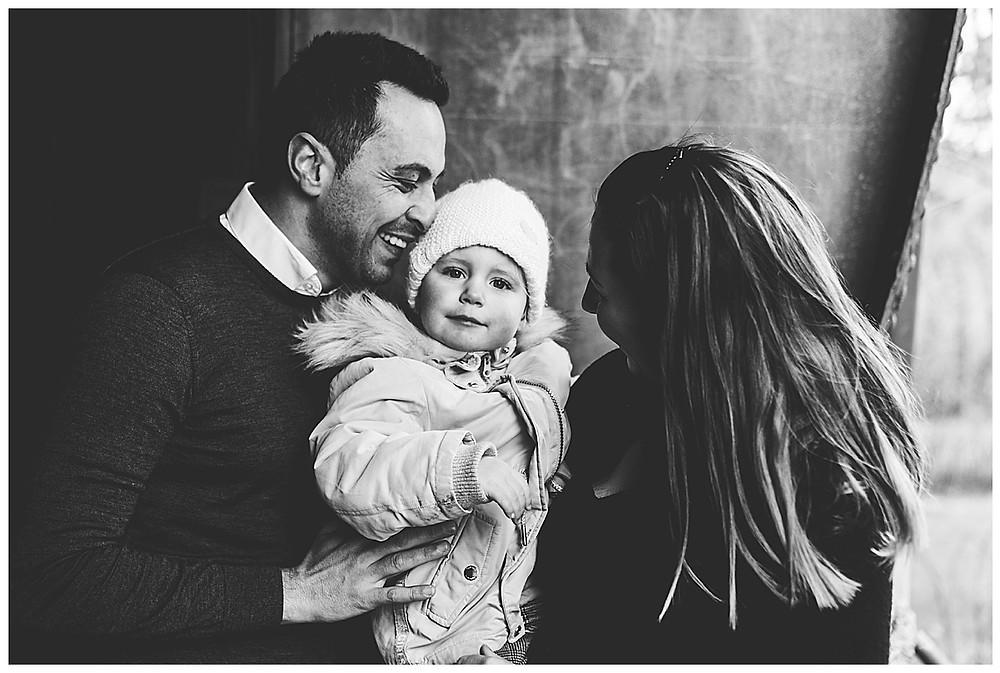 lachender Papa mit seinem Kind beim Familienfotograf Augsburg