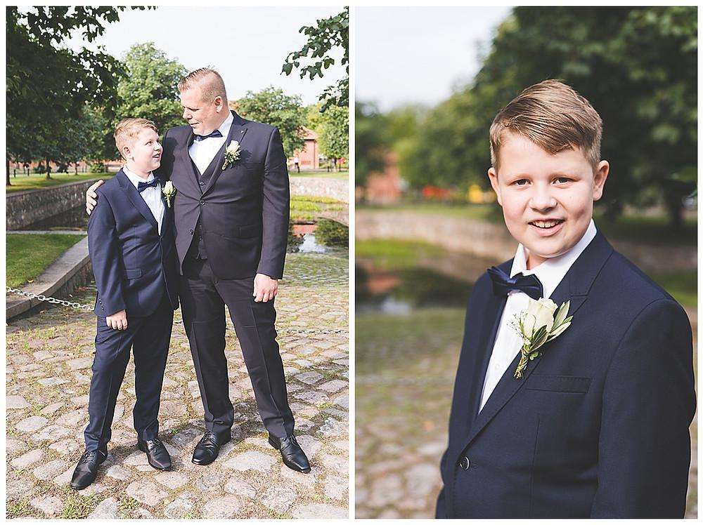 Bräutigam und Sohn schauen sich an vor Standesamt Ammersbek