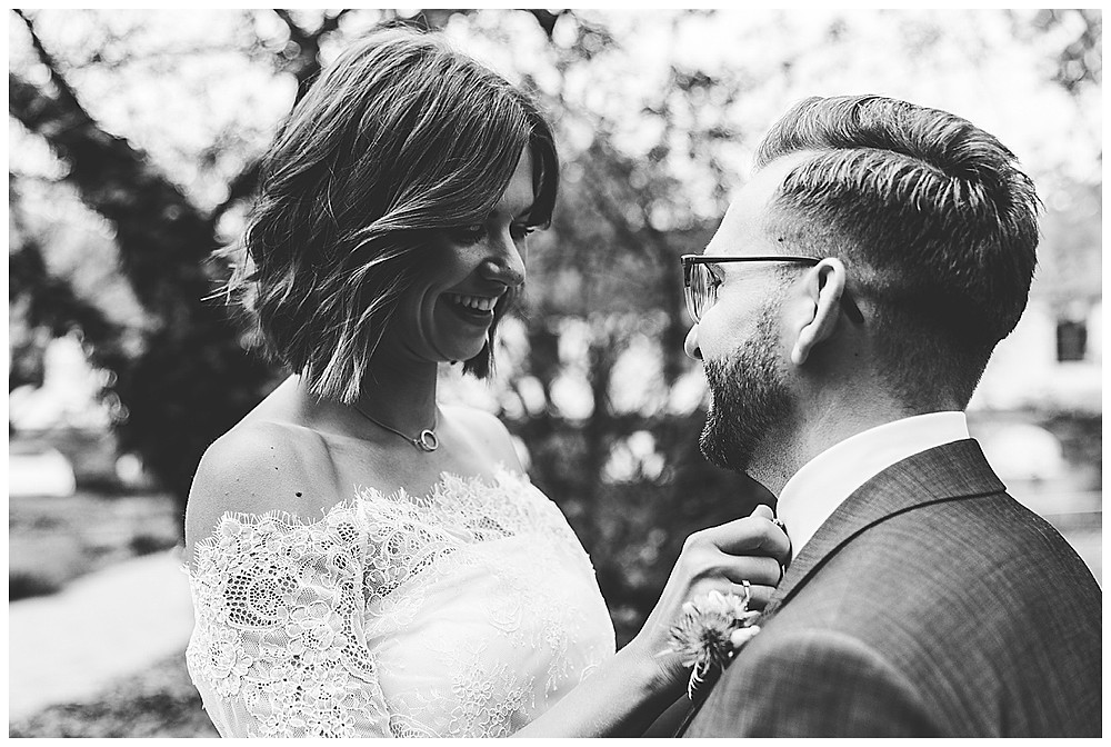 Braut richtet Mann seine Fliege