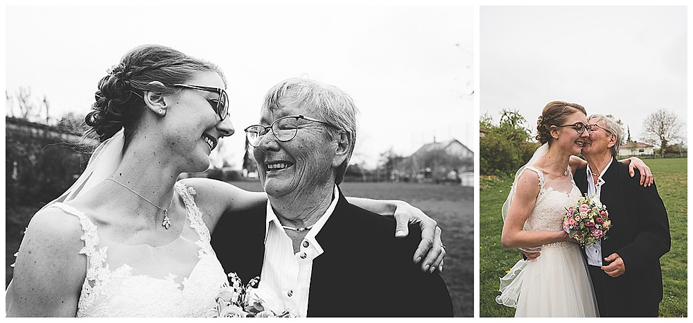 Braut und Oma machen Bilder und umarmen sich
