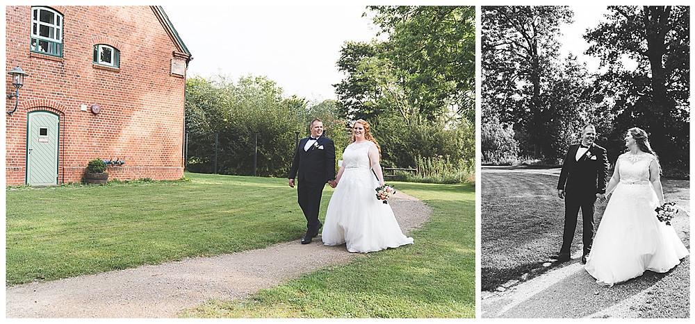 Brautpaar läuft Hand in Hand auf Fotograf in Ammersbek zu