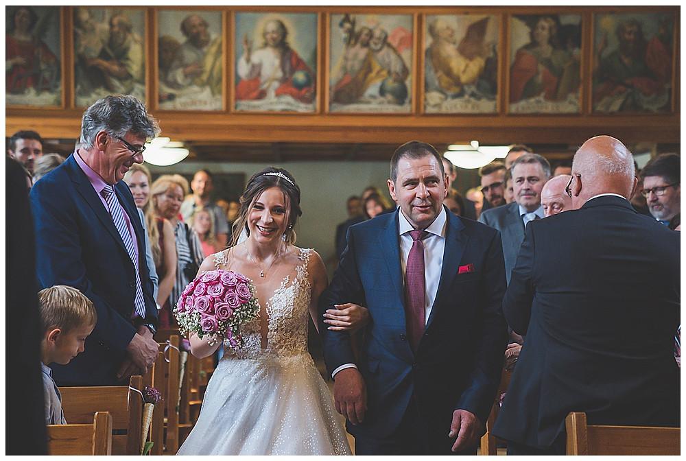 Braut mit Papa in Kirche