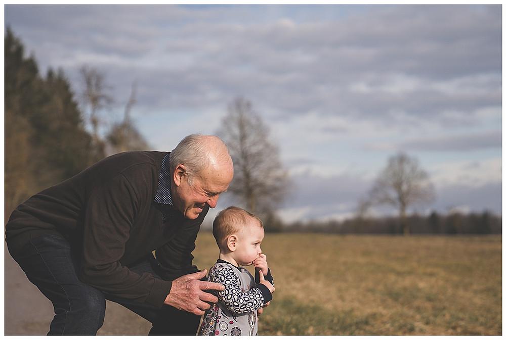 Opa macht Spaziergang mit Enkeltochter