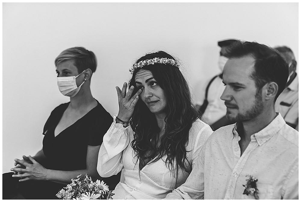Braut weint im Standesamt
