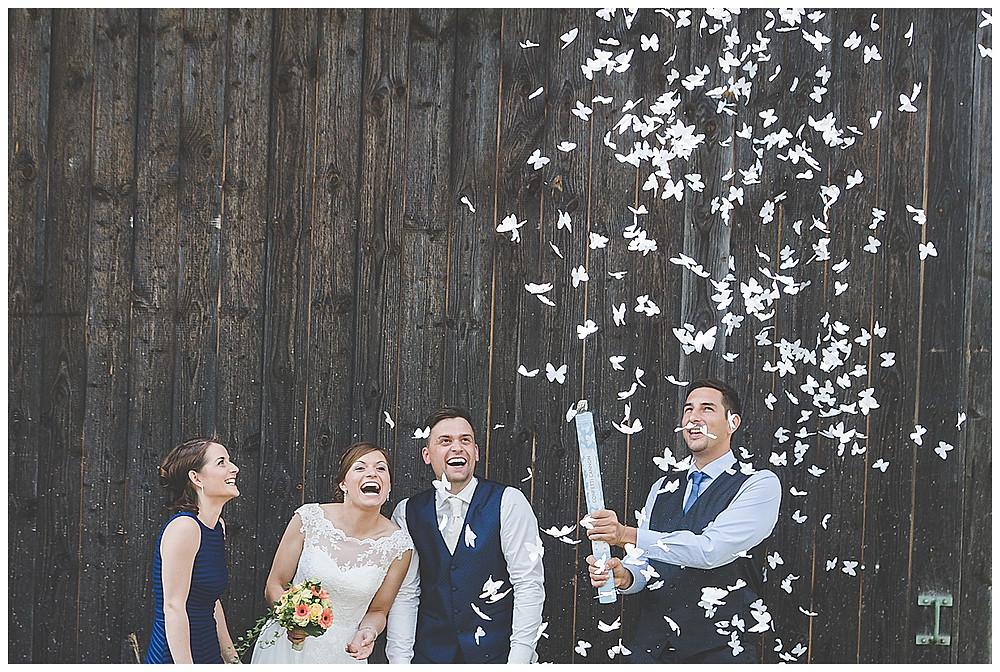 Brautpaar und Trauzeugen Konfettikanone