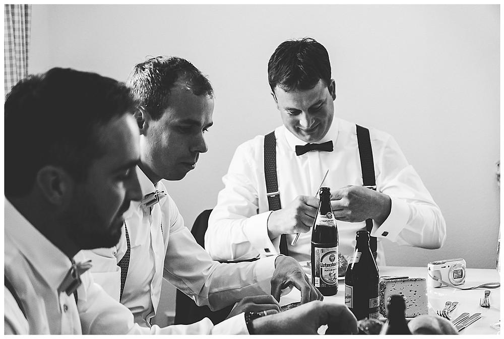 Bräutigam und seine Jungs beim frühstücken