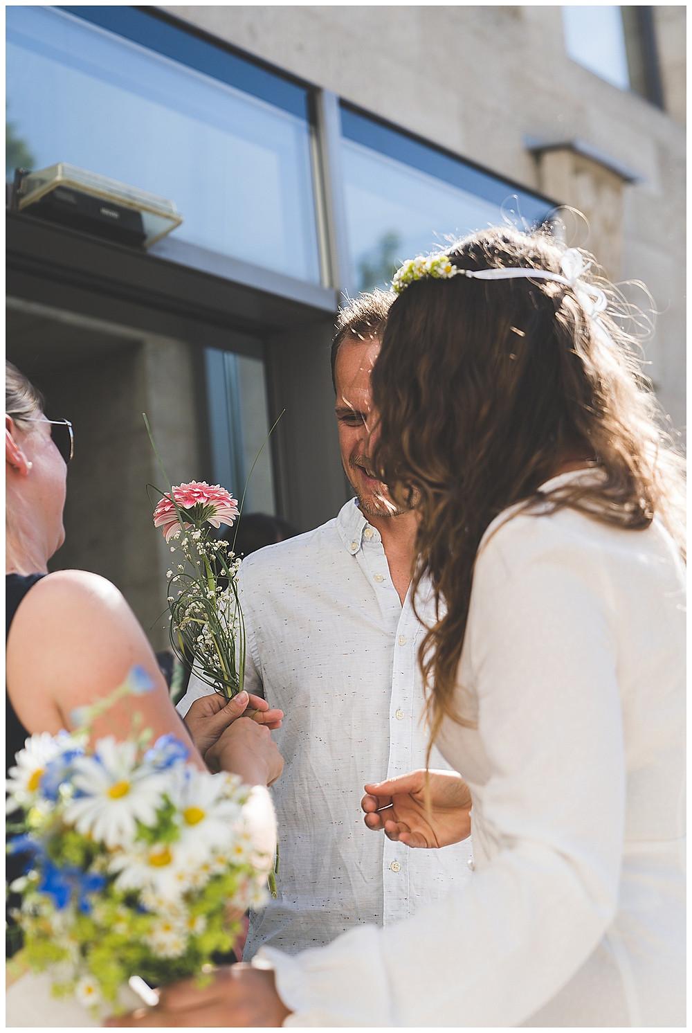Gratulation mit Blumen nach Trauung