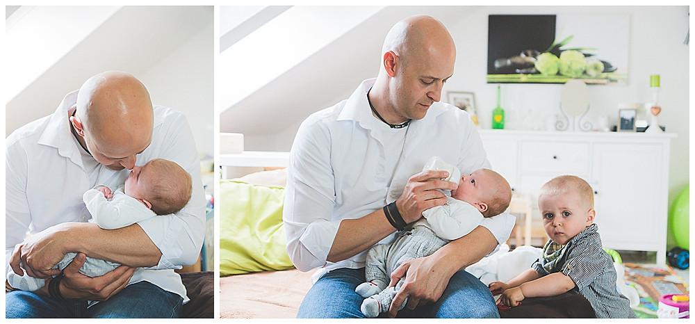 Babyfotografie in Augsburg Papa und Söhne im Wohnzimmer