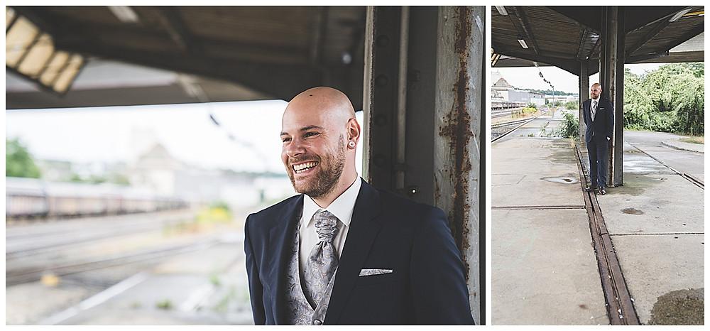 Bräutigam lacht beim Brautpaarshoot am Bahnhof