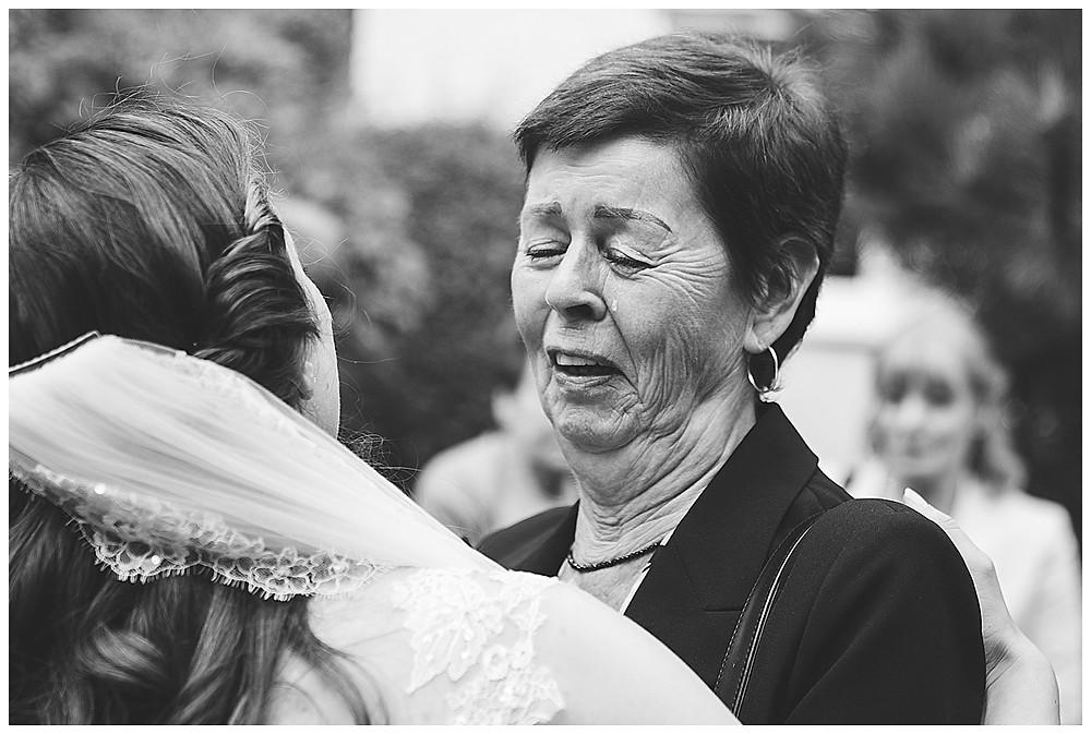 Braut und Gast weinen