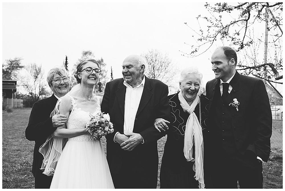 Brautpaar mit Großeltern lachend
