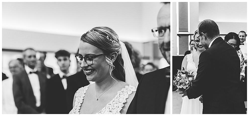 Hochzeit in Stuttgart Braut mit Papa läuft zum Altar