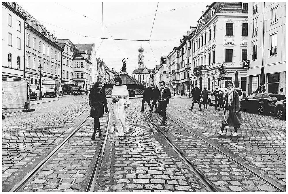 Stadt Augsburg Hochzeitsgäste laufen