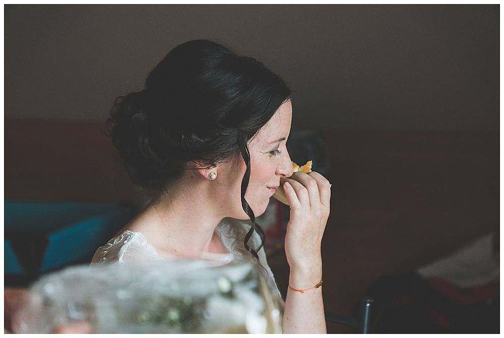 Braut isst ein Brötchen