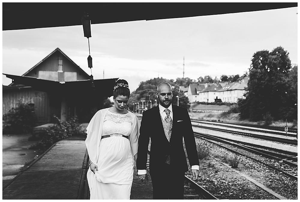 Brautpaar läuft gemeinsam