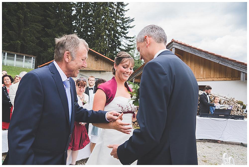 Brautpapa übergibt Brat an Bräutigam