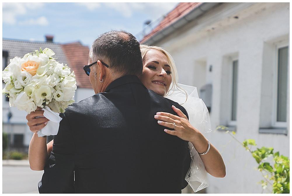 Braut umarmt Papa in Göggingen heiraten