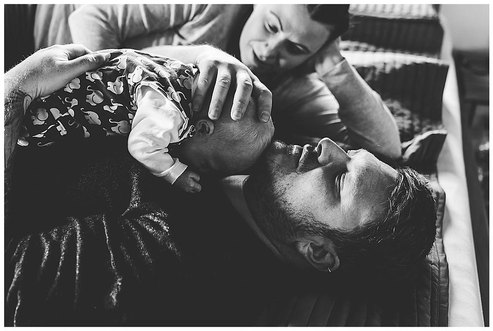 kuscheln mit dem baby im Bett
