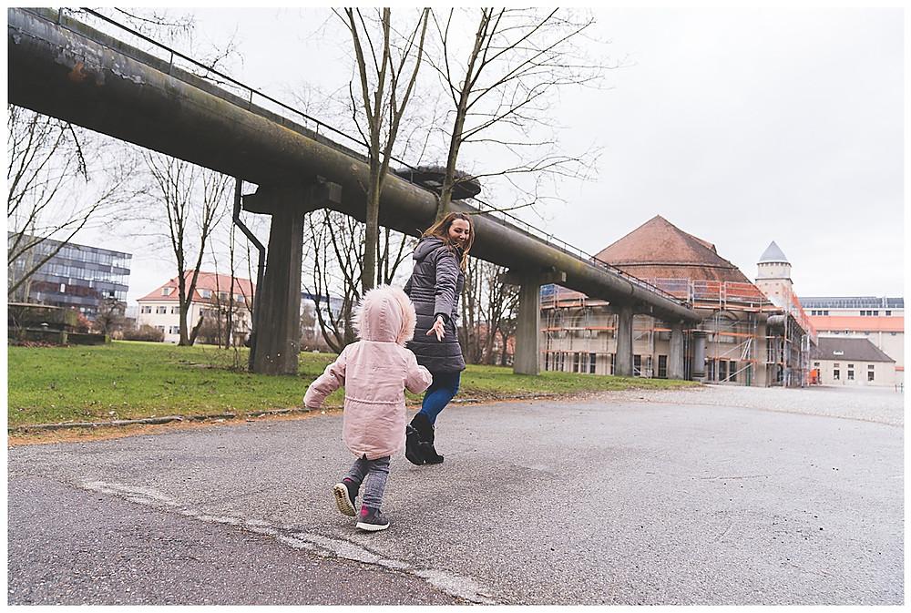 Kind fängt Mama beim Familienshooting in Augsburg
