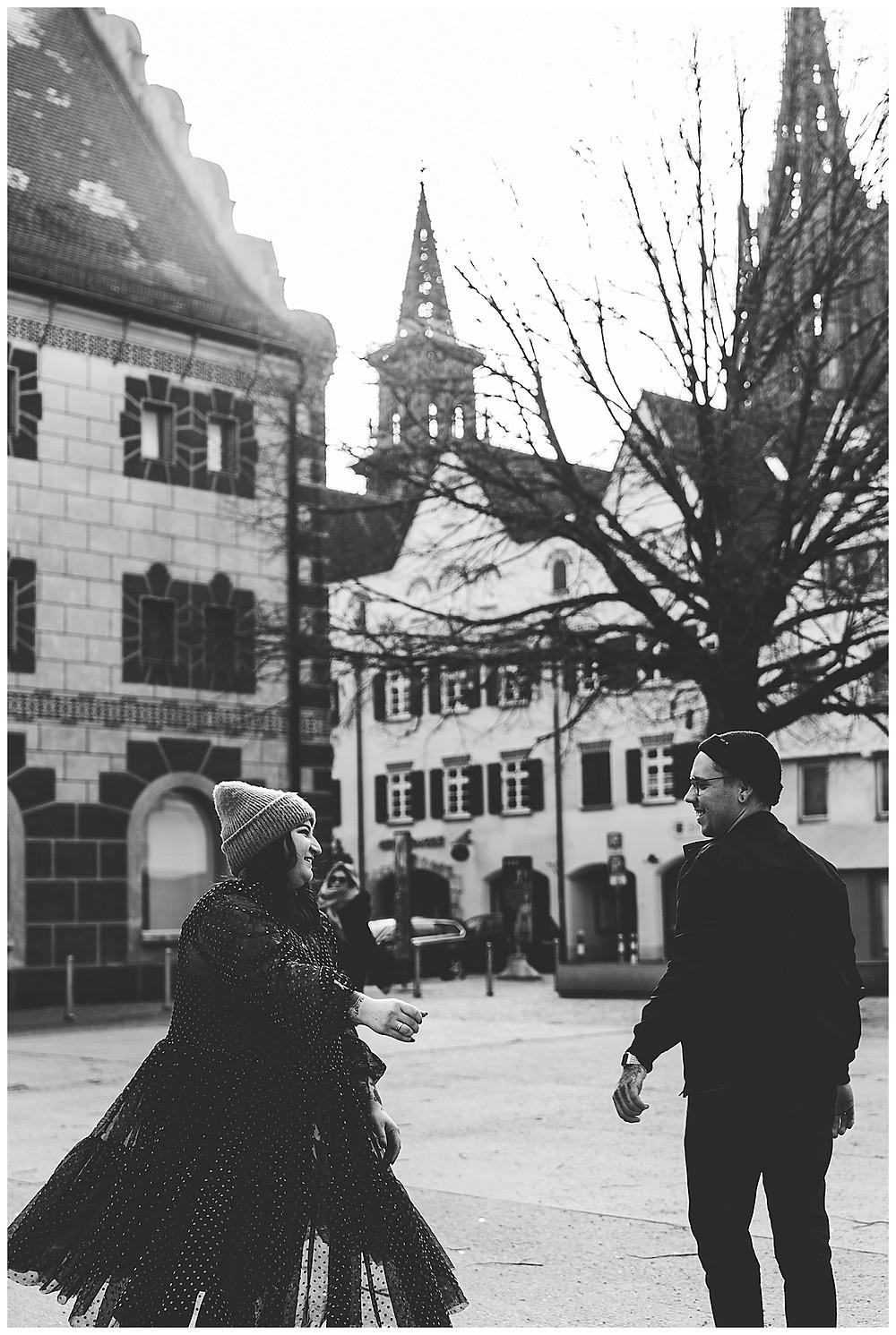 Paar tanzt in der Stadt