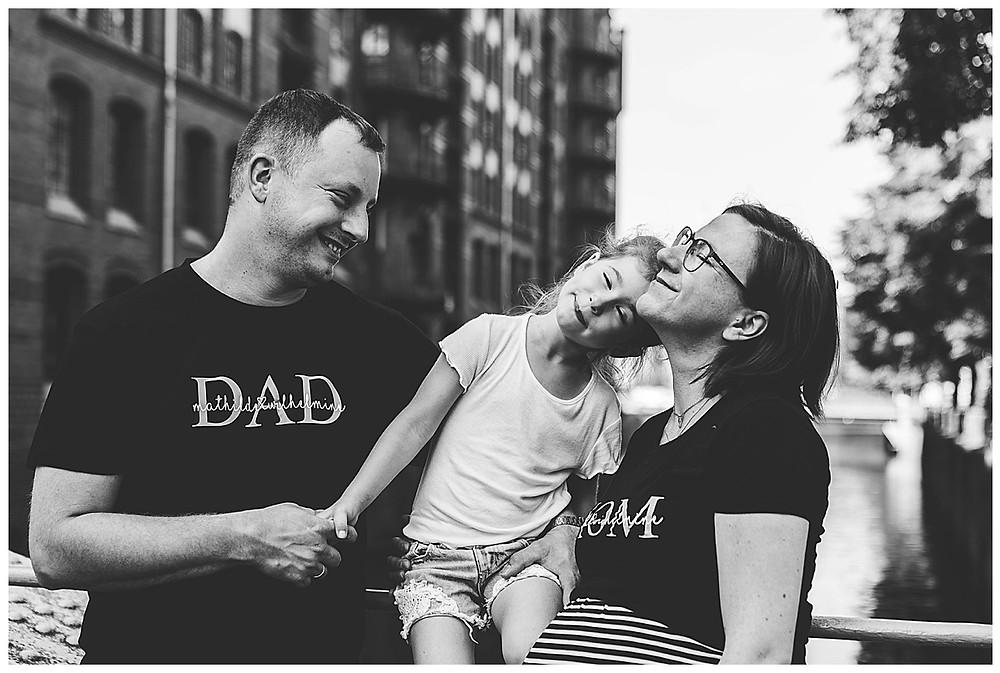 Familienshooting Speicherstadt Familie kuschelt