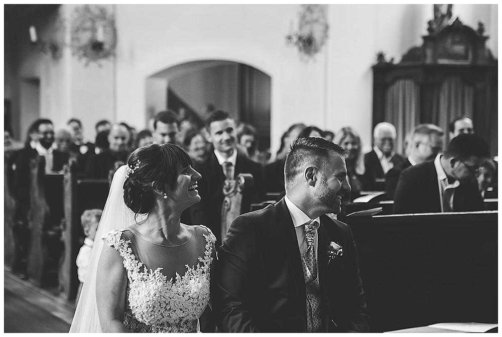 Brautpaar lacht in Kirche Hochzeitsfotograf Heidenheim