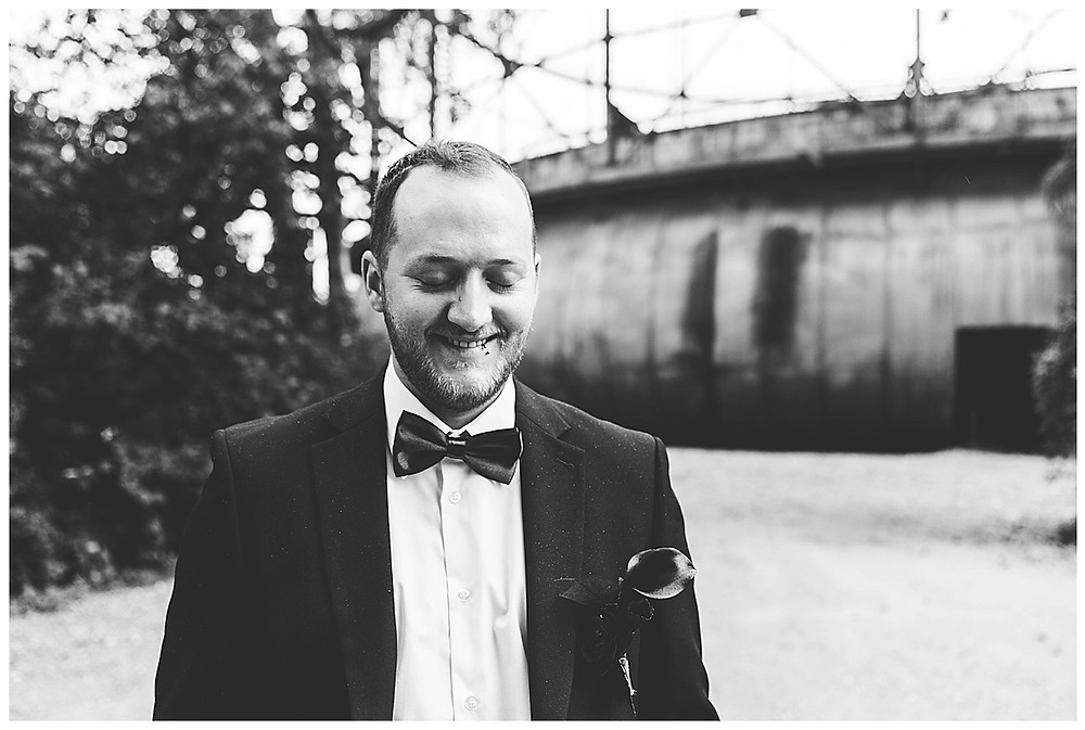 Bräutigam lächelt beim Brautpaarshooting in Augsburg