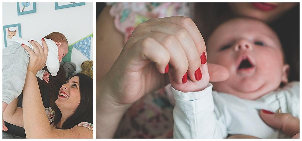 Babyfotografie in Augsburg Mama und Sohn im Kinderzimmer