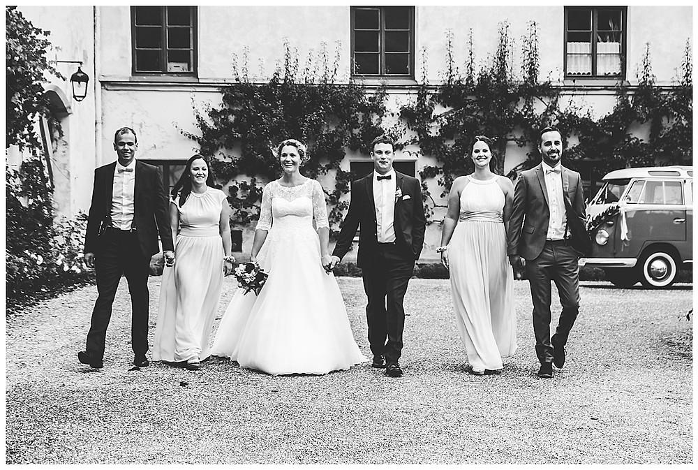 Brautpaar und Freunde laufen gemeinsam