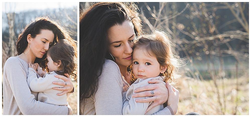 Mama und Tochter kuscheln im Eselsburger Tal