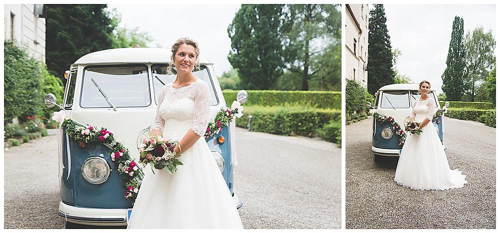 Braut vor Bulli mit Brautstrauß