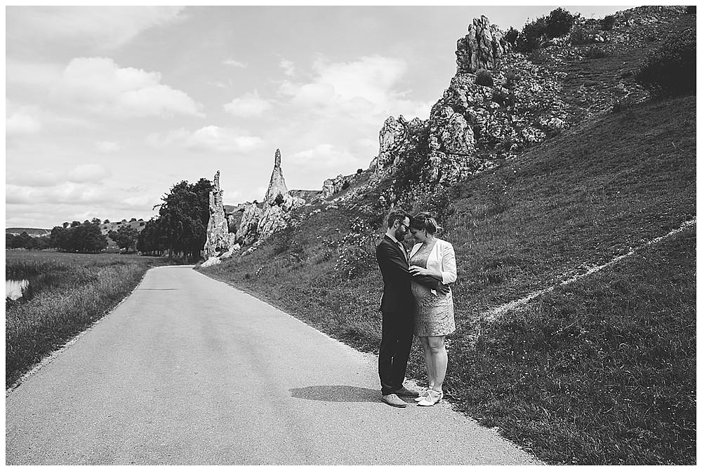 Brautpaarshooting im Eselsburger Tal schwanger heiraten