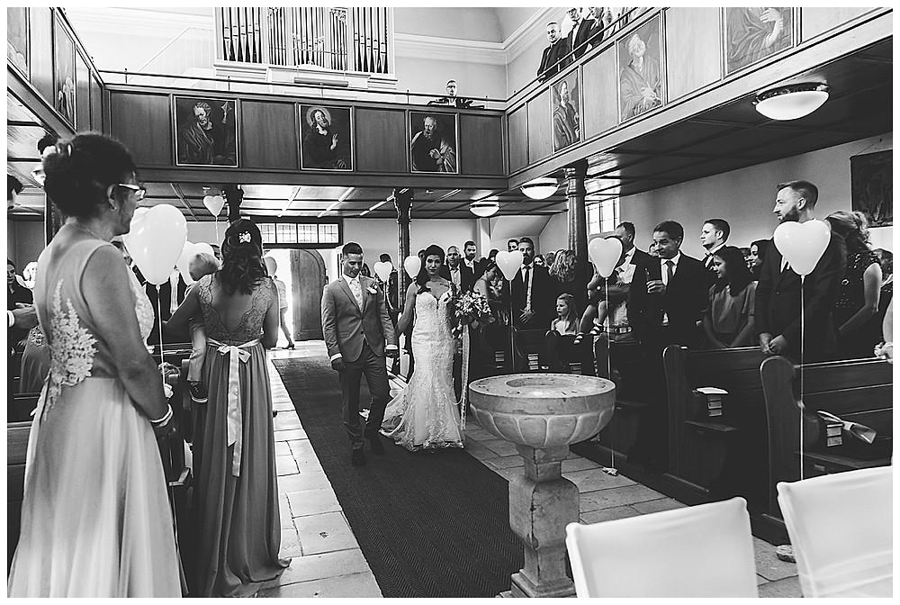 Brautpaar kommt in Kirche Bolheim Sinneszauber Photographie