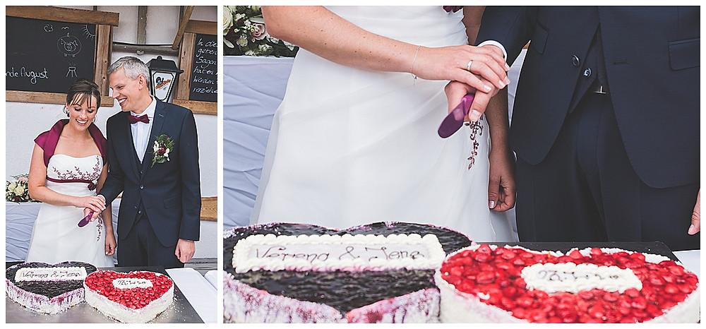 Brautpaar schneidet Erdbeerkuchen Torte an
