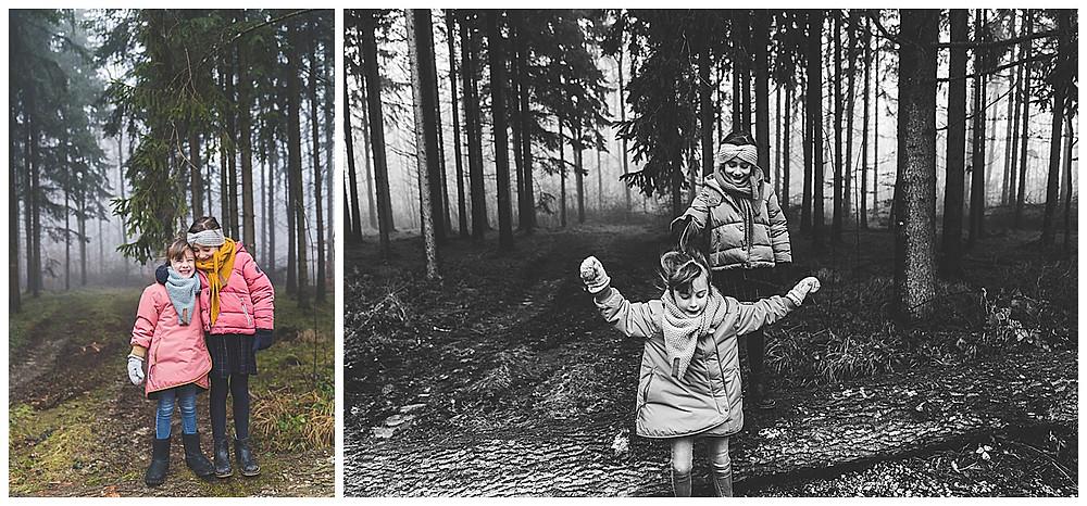 Geschwister umarmen sich im Wald