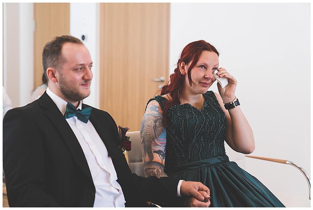 Brautpaar gerührt bei Trauung lachend im Rathaus Gertshofen