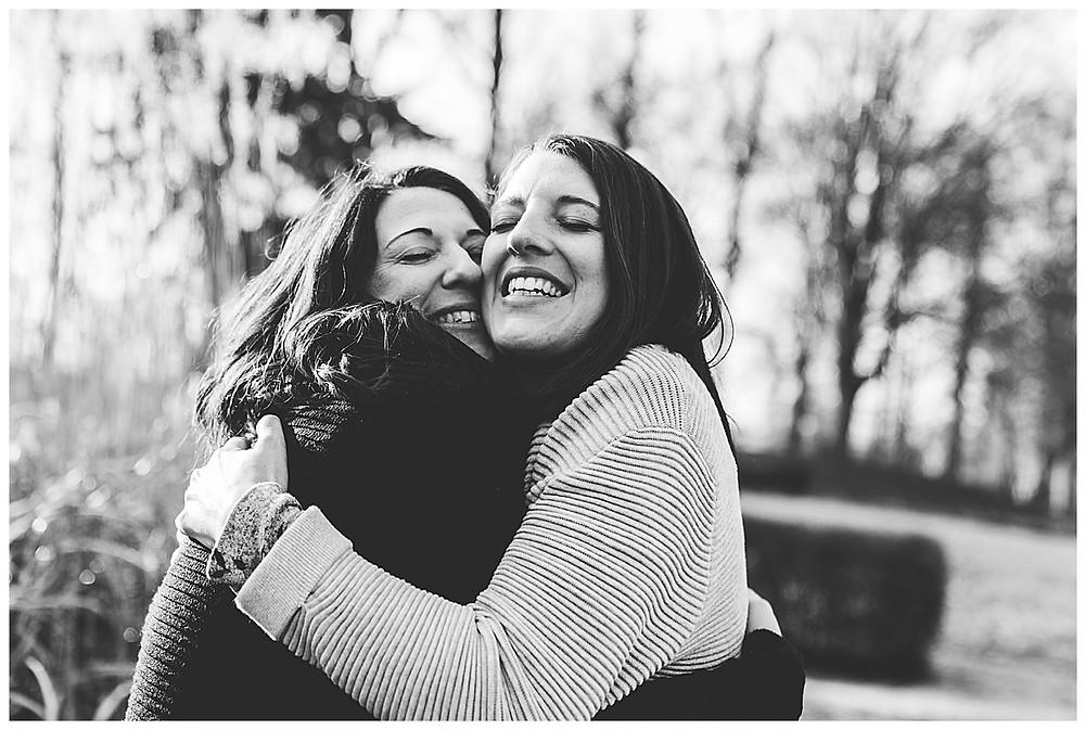 schwangere Schwestern umarmen sich