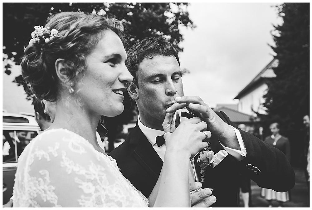 Hochzeitspaar trinken Sekt zusammen