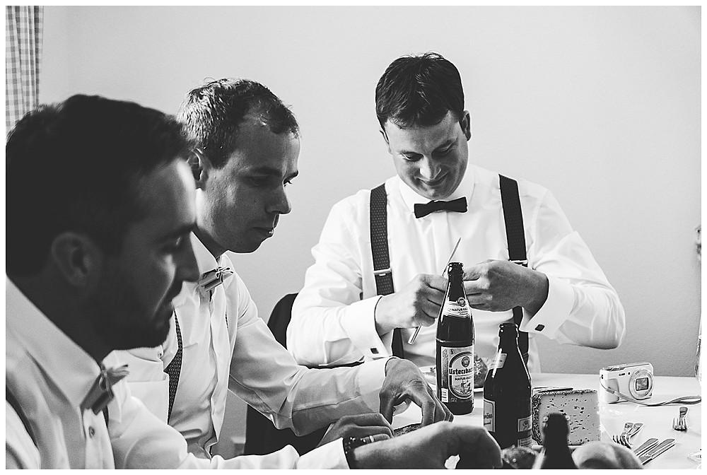 Bräutigam frühstückt zuhause mit Freunden