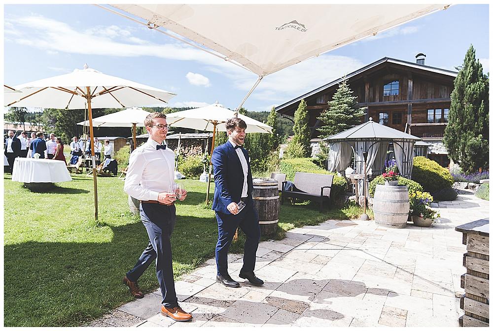 Männer gehen Bier holen auf Hochzeit